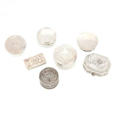 Colecție de șapte cutii miniaturale cu decor variat, din argint