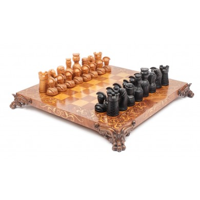Joc de şah de dimensiuni mari, din lemn de nuc, cu intarsii din lemn de fag, având picioare sculptate, a aparţinut soţilor Ceauşescu, însoţit de certificat R.A.A.P.P.S., 1976