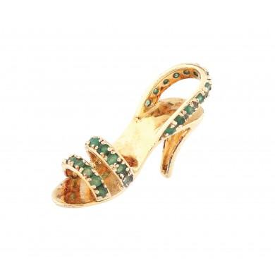 Pandantiv din argint aurit, în forma unui pantof miniatural, ornat cu smaralde