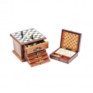 Lot format din două jocuri miniaturale încasetate, de domino şi şah, ultimul având în componenţă patru suporturi pentru pahare, din lemn de nuc, începutul sec. XX