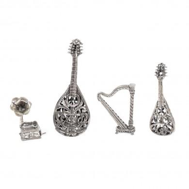 Colecție de instrumente muzicale, în miniatură, din argint