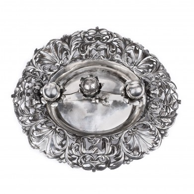 Silver platter rendering homage to the Unification of the Romanian Principalities in 1859, ornated with the symbols of the Wallachian and Moldavian flags, a rare item,  from the Lucrezia and Ion Pacea collection