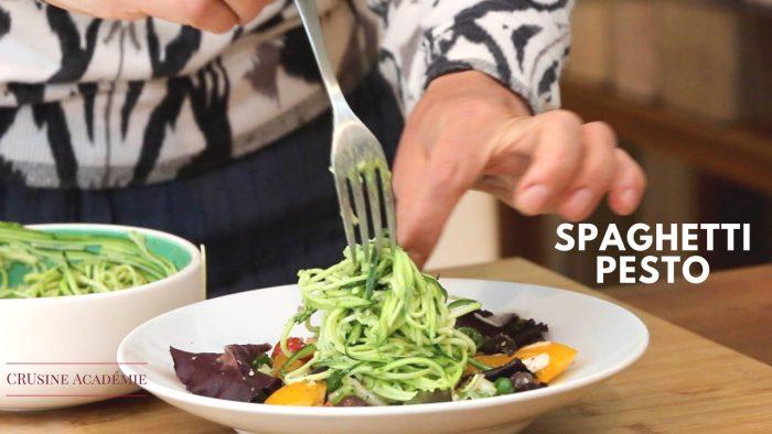 Salade de mesclun avec spaghettis de courgette et pesto d'avocat tout cru