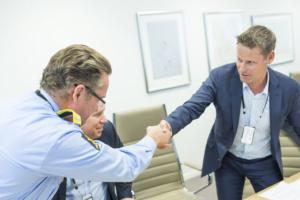 Administrerende direktør i Geodata, Geir Hansen under signering av avtalen mellom Geodata og Politiet.