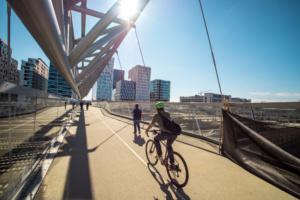 Syklister over bro i Oslo.