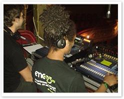 Les étudiants EMC aux commandes  de la technique audio sur les Galas de l'Aicom