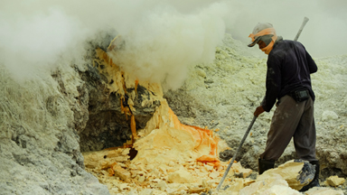 Workers endure gruelling conditions mining sulphur from a volcanic crater