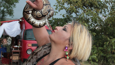 'Snake Queen' Masseuse Treats Clients With Pythons