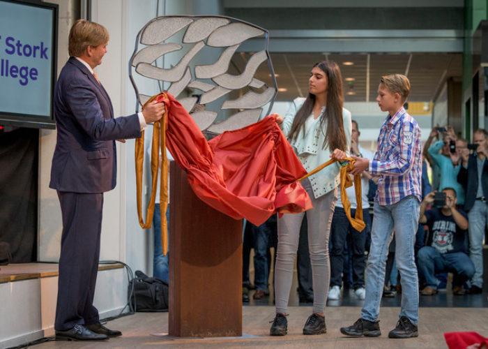 Koning Willem Alexander onthult kunstwerk tijdens opening C.T. Stork College
