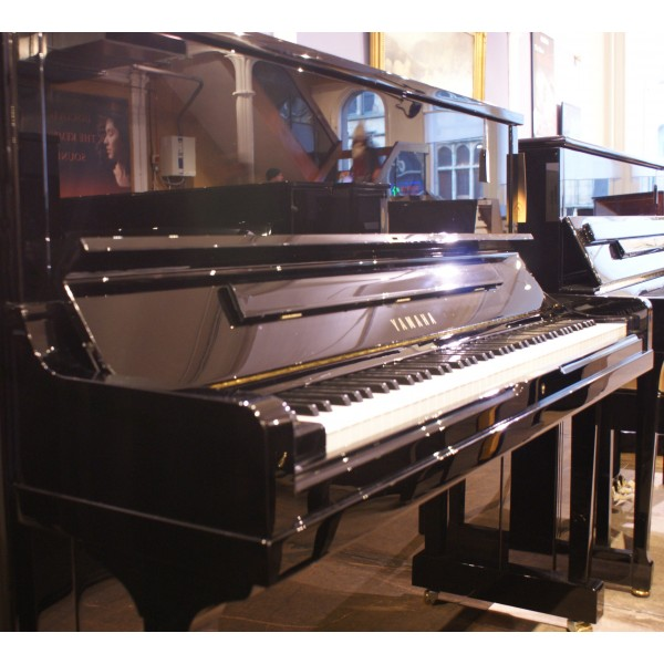Yamaha SE122 Upright Piano in Black Polyester