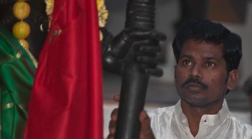 Šrí Káléšvara se dívá na sochu Božské Matky krátce před tím, než byla v roce 2011 instalována v Dvárakámaji (v Penukondě, v Indii).