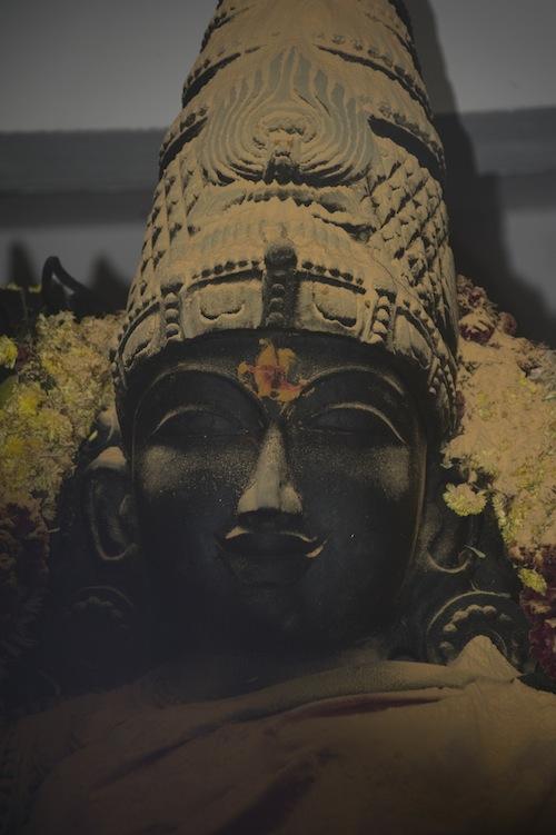 Abhišék Kanaka Durgy práškem ze santálového dřeva.