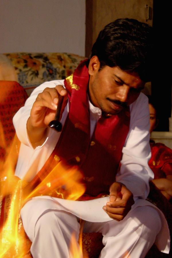 Sri Kaleshwar nährt das Feuer, Penukonda, Indien