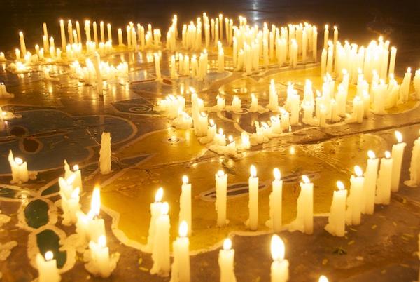 Kerzen sind verschieden. Das Licht ist dasselbe. - Sri Kaleshwar