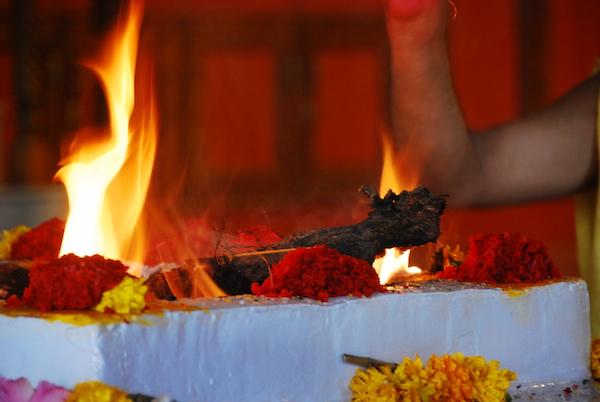 Feuerpuja im Baba Tempel, Penukonda
