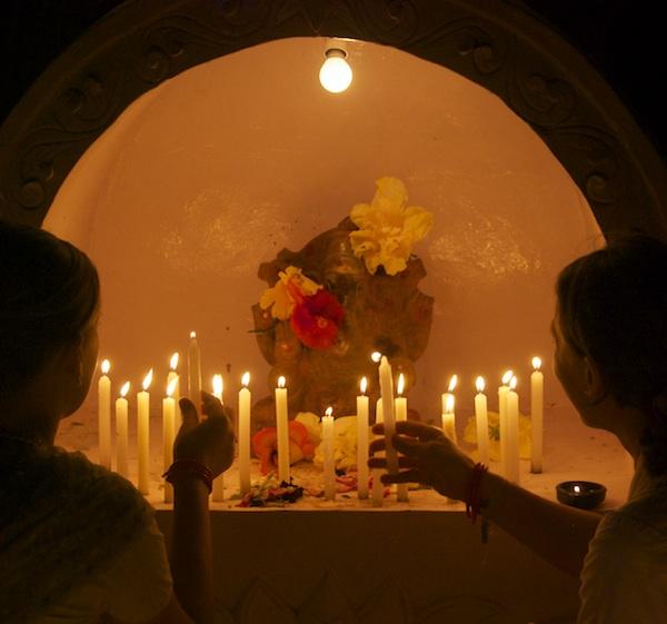 Kerzen für Ganesh, der Hindernisse beseitigt.