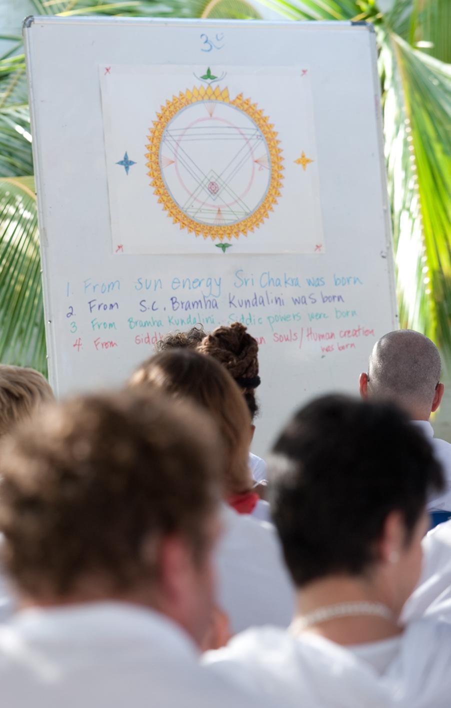 Sri Chakra Lehrveranstaltung an der Seelenuniversität in Penukonda, Indien