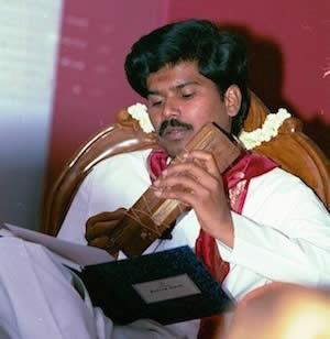 Sri Kaleshwar opettaa palmunlehtikirjasta