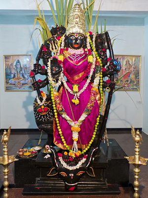 Mahishasura Mardini muuntaa itsensä Kanaka Durgaksi, Hänen rauhanomaiseen muotoonsa
