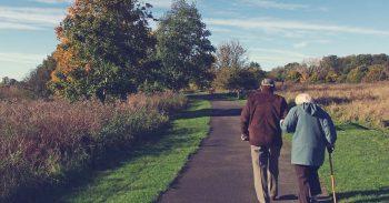 Ouderen aan het wandelen