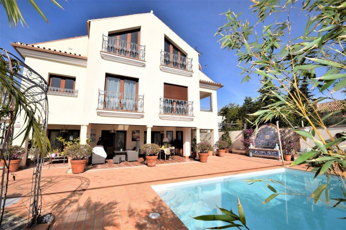 Villa for sale in Marbella, Valdeolletas