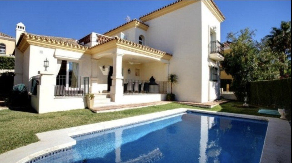Villa for sale in Bahia de Marbella