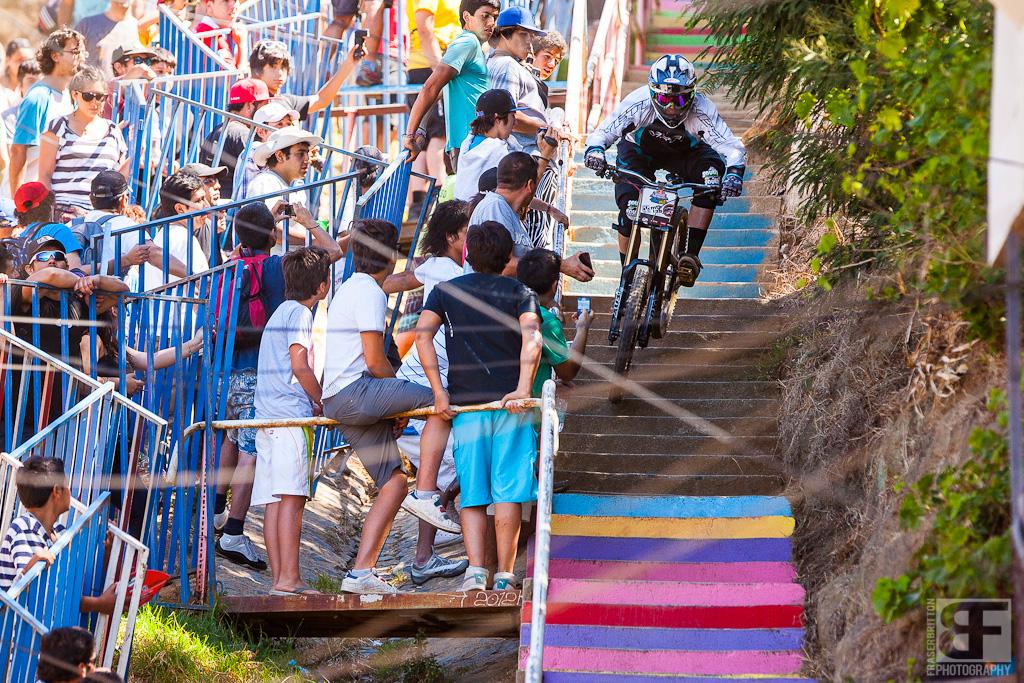 Cris Van Dine aus Südamerika auf dem Weg nach unten in der engen Treppengasse.