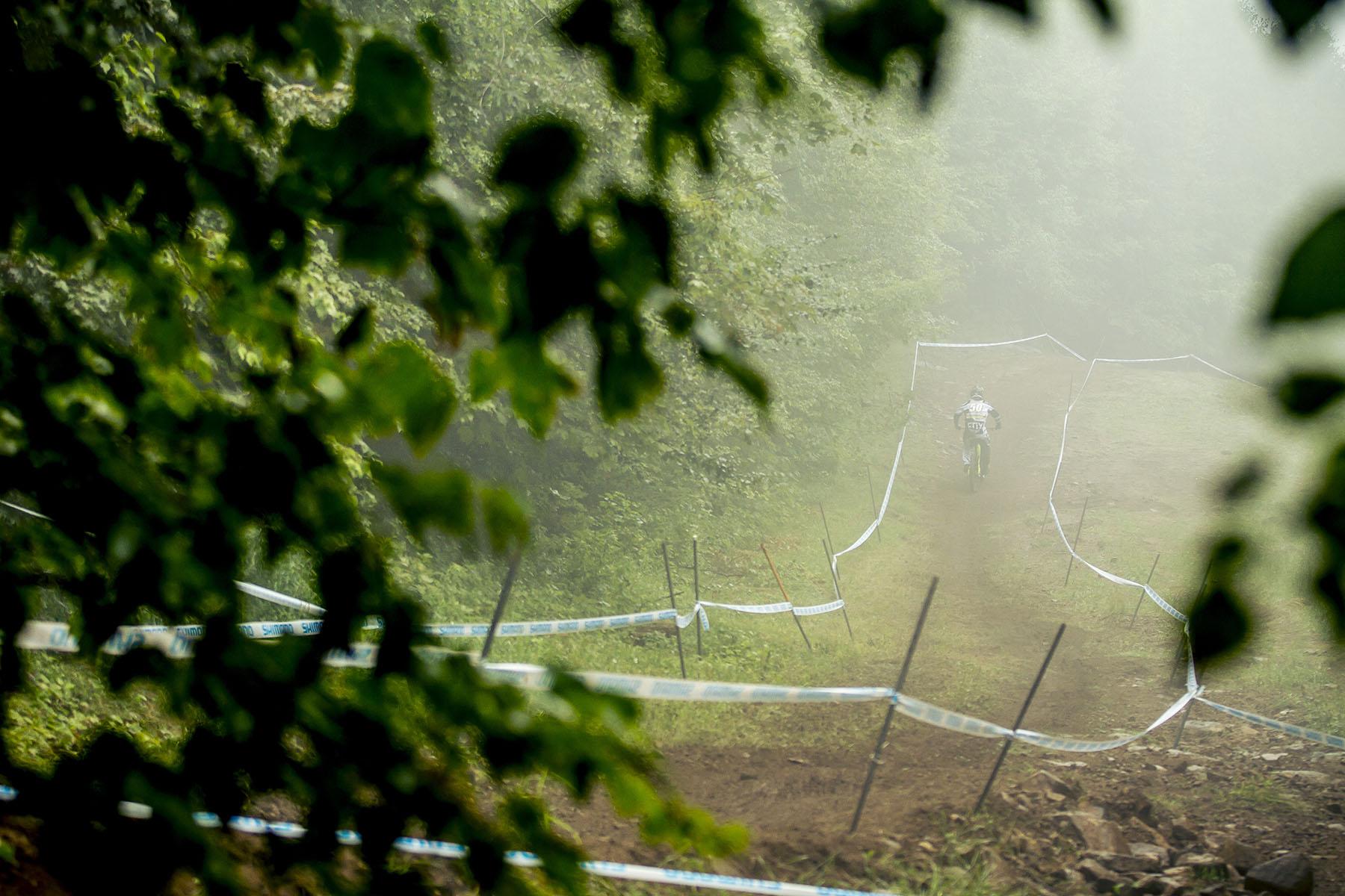 Trackabwärts hielt sich der Nebel über den Hügeln und wurde einigen Fahrern zum Verhängnis.