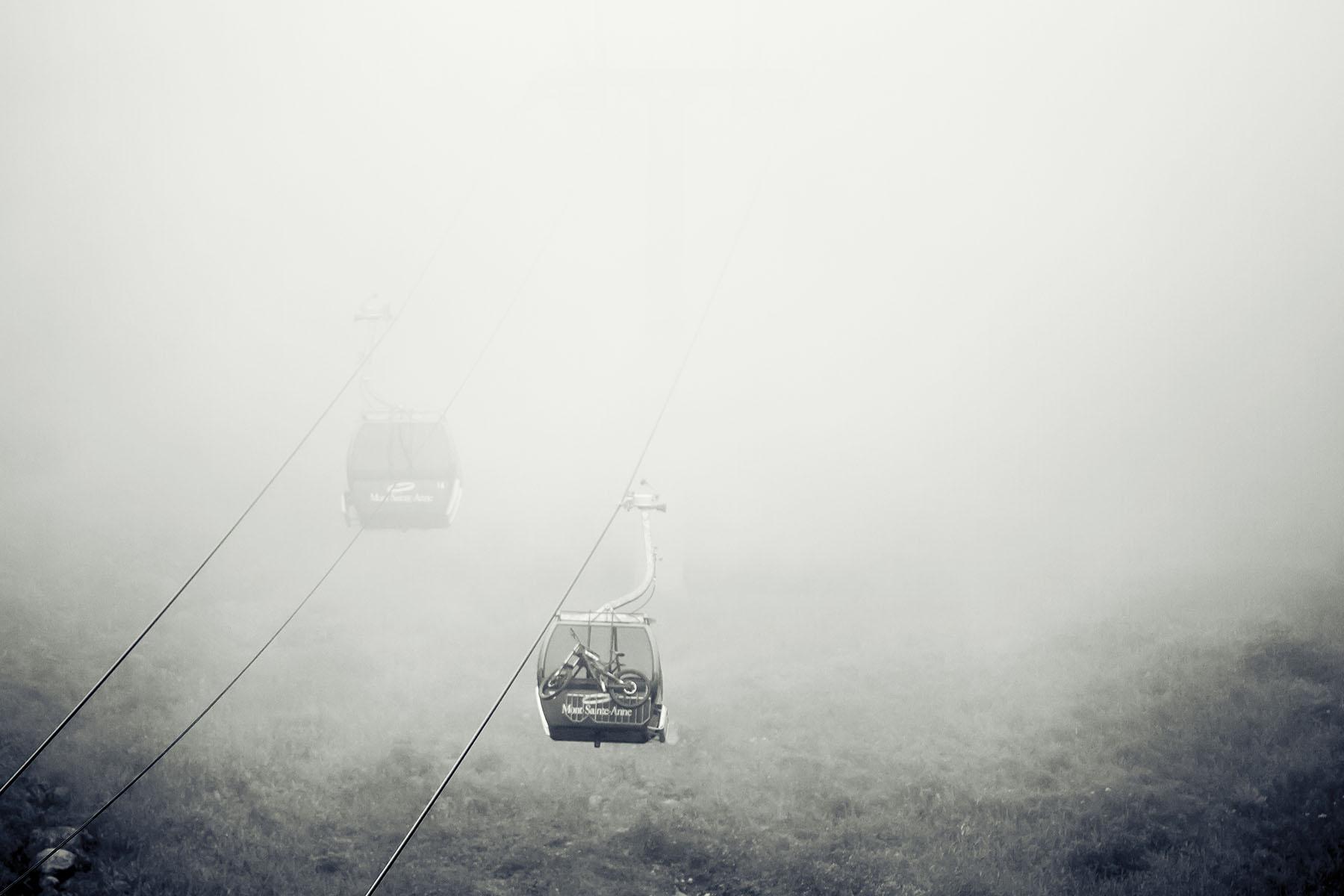 Mit der Gondel ging es durch dicke Wolken hinauf auf den Berg.