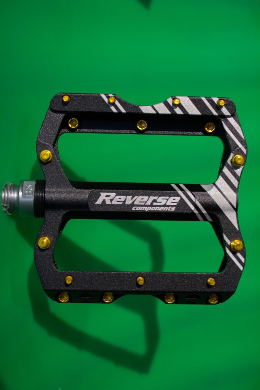 Ebenfalls neu bei Reverse ist die Escape Pro Pedale. Sie wiegt gerade mal 368 Gramm. Die Konstruktion basiert auf der Reverse Escape-Pedale, bei der die Mittelstücke entfernt und das Gewicht minimiert wurde.