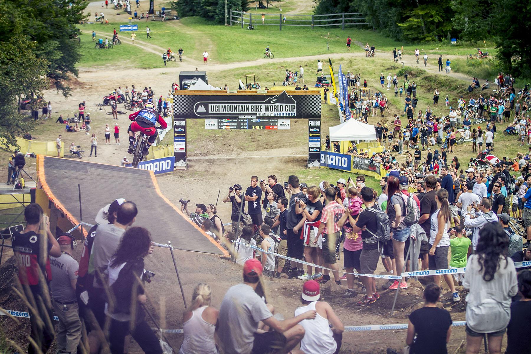 Die Fans waren gespannt auf die letzten Fahrer des Rennens, die mit spektakulären Geschwindigkeiten den Berg hinab rauschten. Hier Bryan Atkinson, der es am Ende auf den 18. Platz schafft.