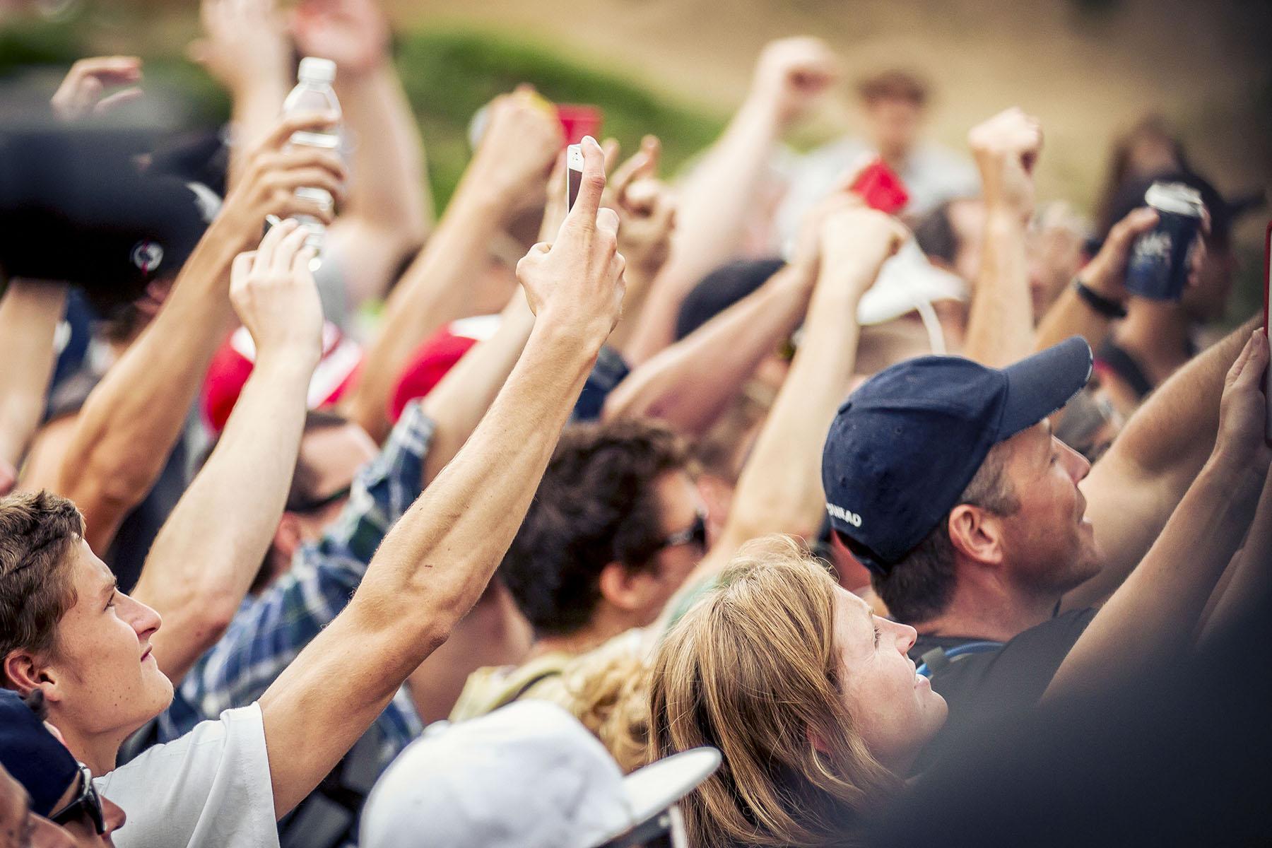 Alle wollten teil haben: Die Fans in Sainte Anne hielten die Siegerehrung mit ihren Smartphones fest.