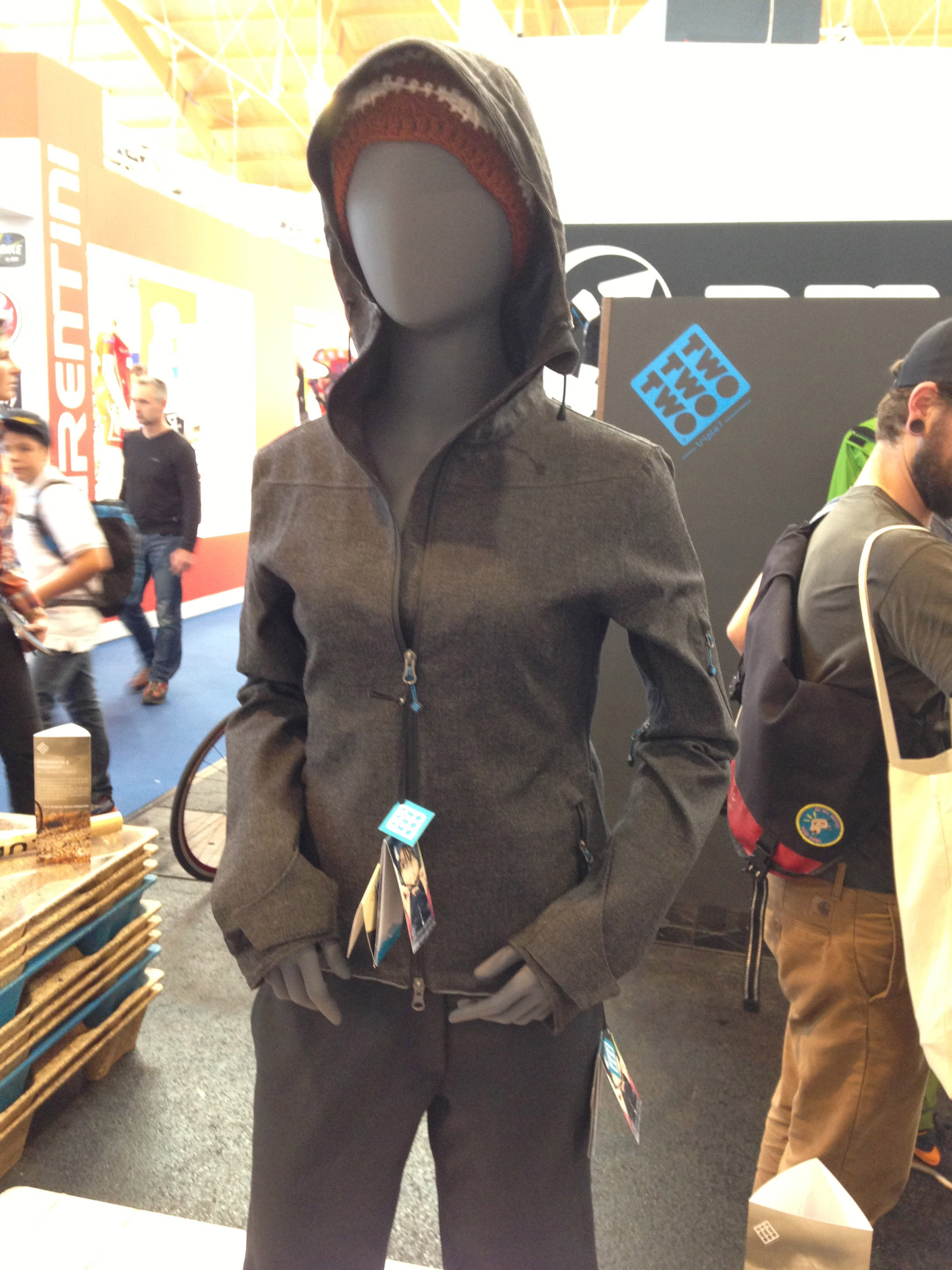 Triple 2 Clothing stellt hochwertige Bike- und Urban-Wear aus natürlichen Fasern her. Das Besondere: Man benötigt nur ein Teil für verschiedene Einsatzzwecke.