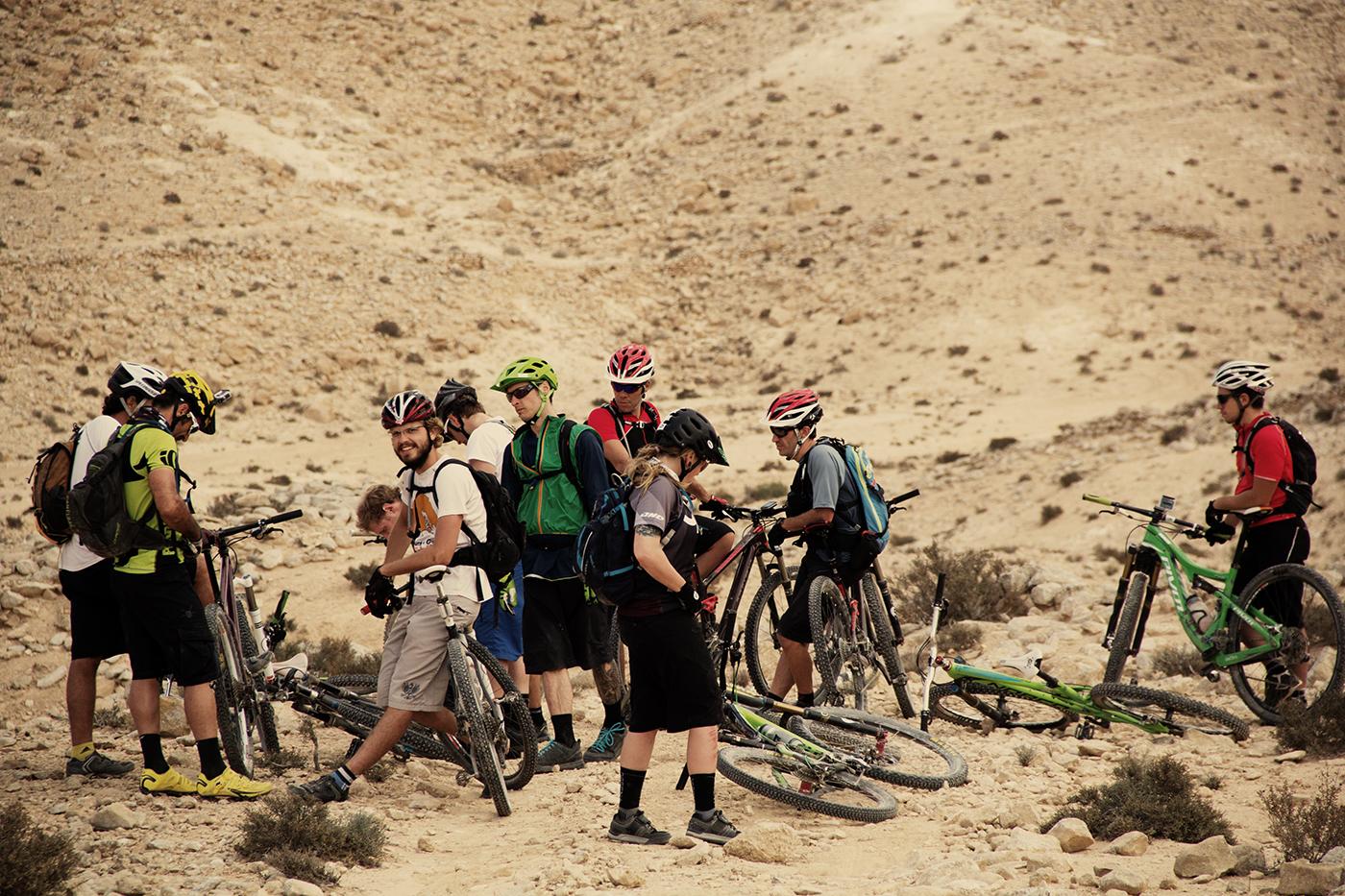 Ein bunter Biker-Haufen in der kargen Wüste