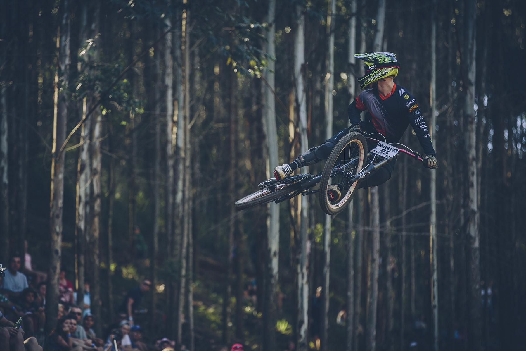 Local Rider Alasdair Fey macht für die Crowd noch einen stylischen Whip in Richtung Ziel.