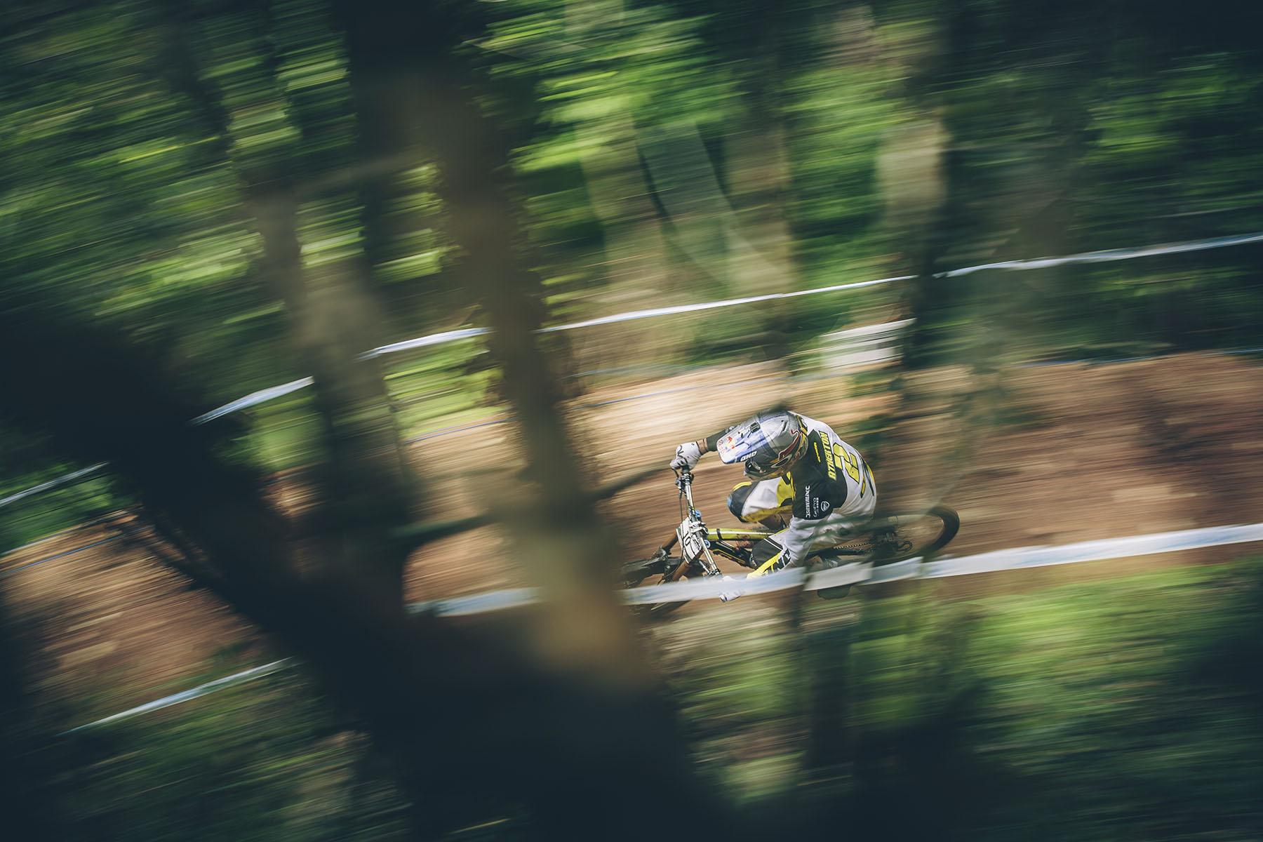 Gee Atherton hatte die Woche über immer wieder Veränderungen an seinem Bike vorgenommen, um sich den Sieg in Cairns zu holen. Anscheinend hat er alles richtig gemacht und konnte schon von Anfang an, schneller als der Hot Seat Inhaber Bryceland  am ersten Split vorbei fahren.