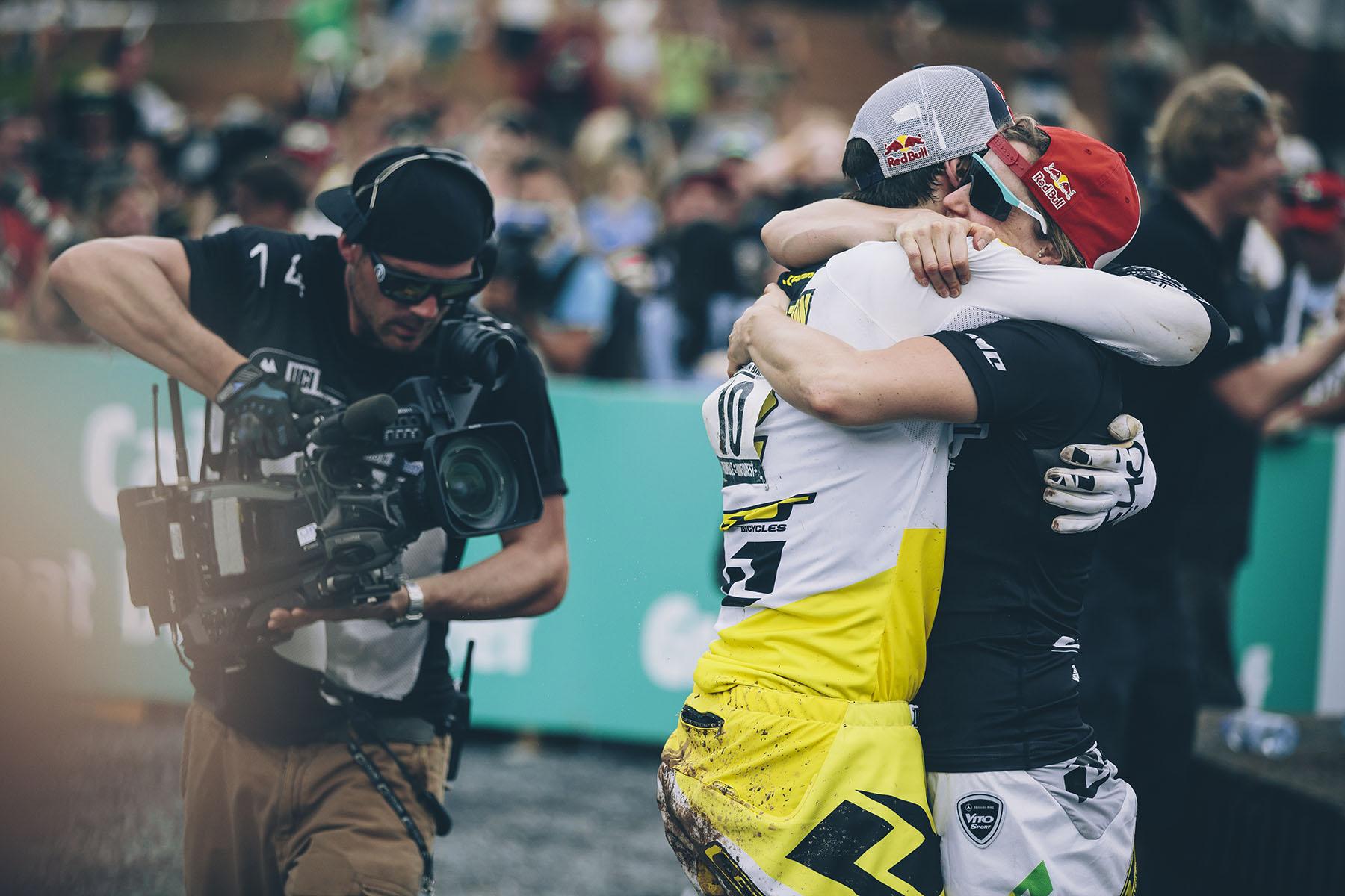 Und nachdem Blenkinsop ziemlich weit zurück fiel, war klar, dass Gee das Rennen gewonnen hatte. Seine Schwester kam zum gratulieren herbei gestürzt! Doppelsieg für die Athertons!