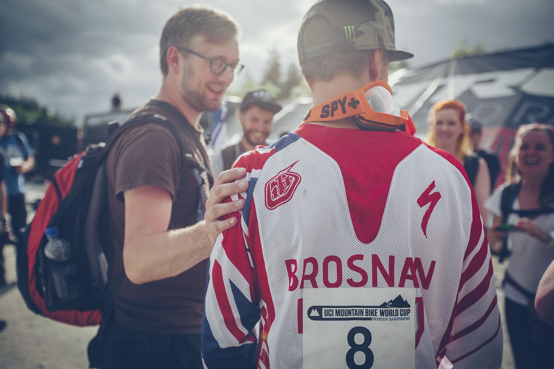 Troy konnte sich nach dem Rennen vor Fotoanfragen und Interviews nicht mehr retten! Der erste Sieg ist eben was Besonderes. Das nächste Rennen steht schon vom 12.-15. Juni in Leogang auf dem Plan.