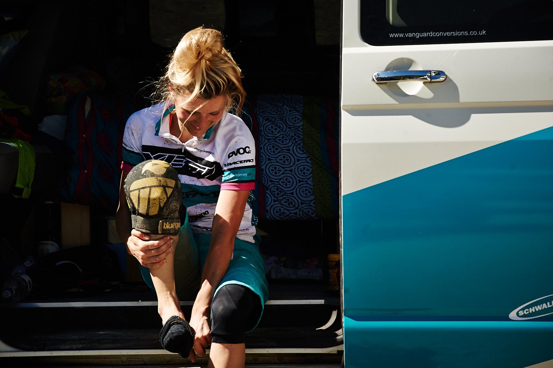 Nach dem langen Tag auf dem Bike ist Hannah Barnes sichtlich glücklich die schmutzigen Klamotten erstmal loszuwerden.