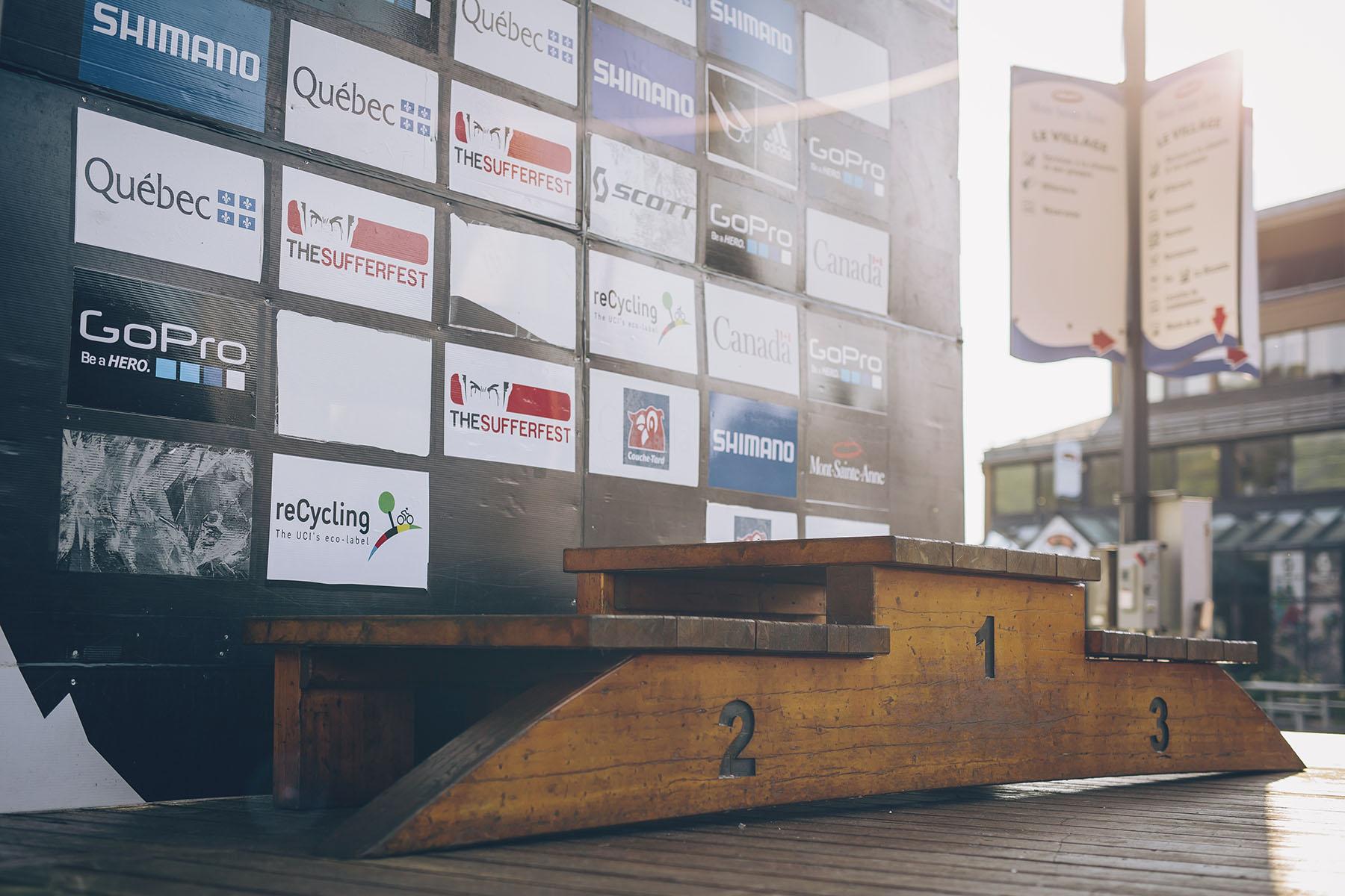 Am Morgen ließ sich die Sonne kurz auf dem Podium blicken, dem Treppchen aus Holz, auf dem alle nach dem Rennen stehen wollen.