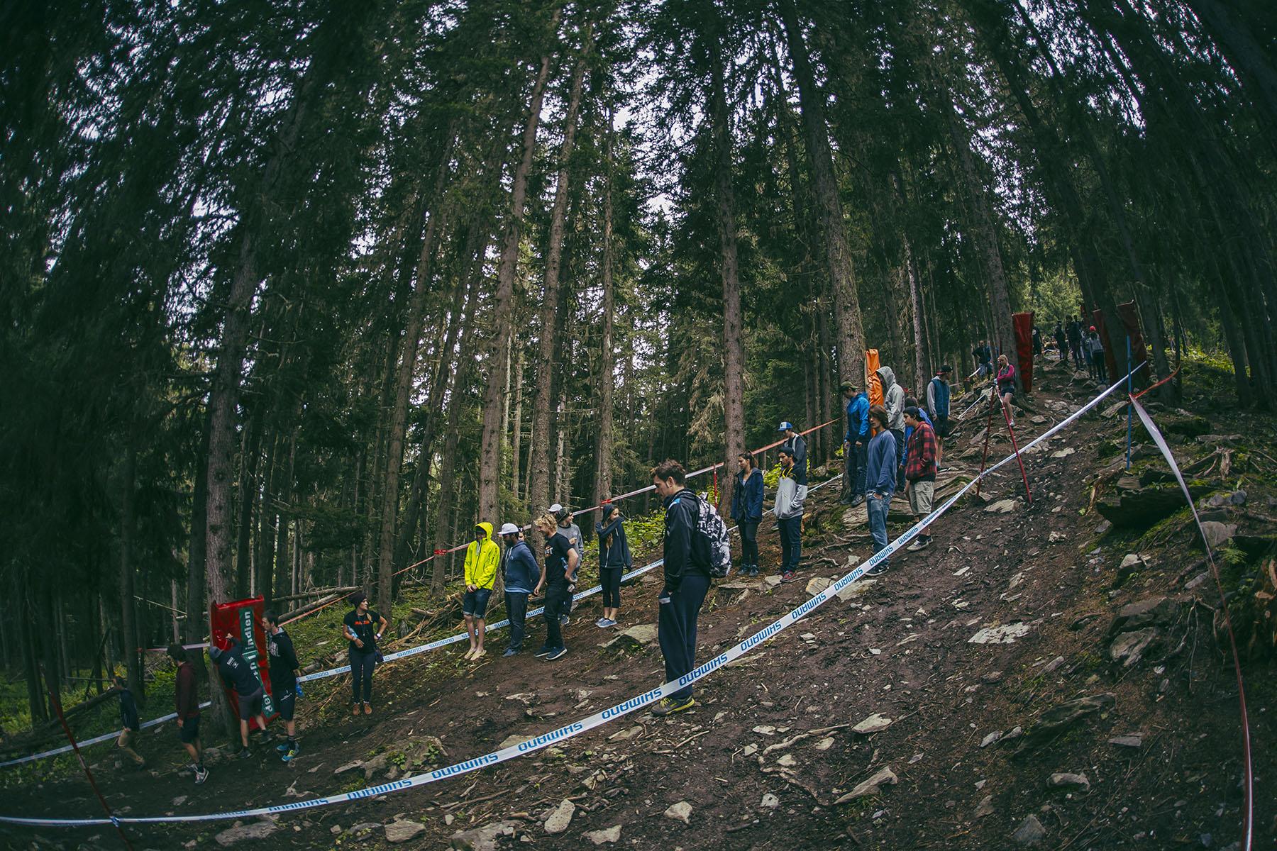Im ersten Waldstück wird's dann auch richtig downhillig: aufgeweichter Boden, Steine, Wurzeln, mit einer großen Auswahl an verschiedenen Lines.