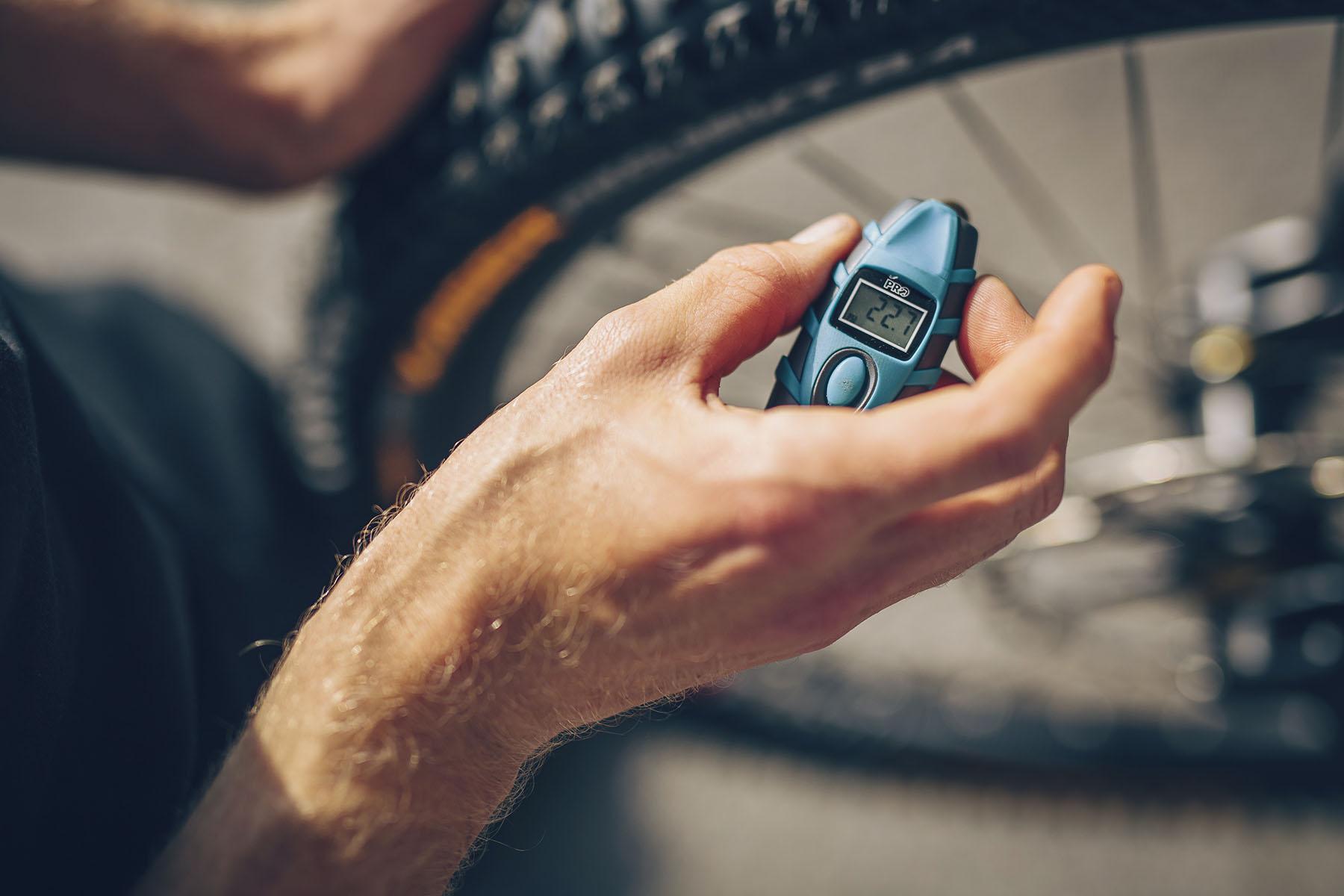 Beim Bike-Setup waren viele noch unentschlossen. Es sollte ein Tag mit starken Witterungsveränderungen werden, morgens neblig aber warm und nachmittags Regen. Reifenwechsel dürften wohl auf der Tagesplanung stehen.