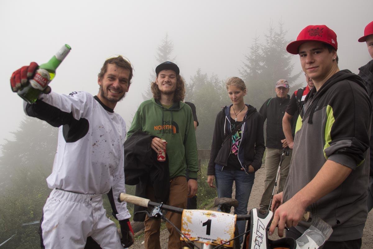 Gute Stimmung nach dem Platten: Benedikt lässt sich von Zuschauern mit einem Bierchen trösten ©Martina Bogott