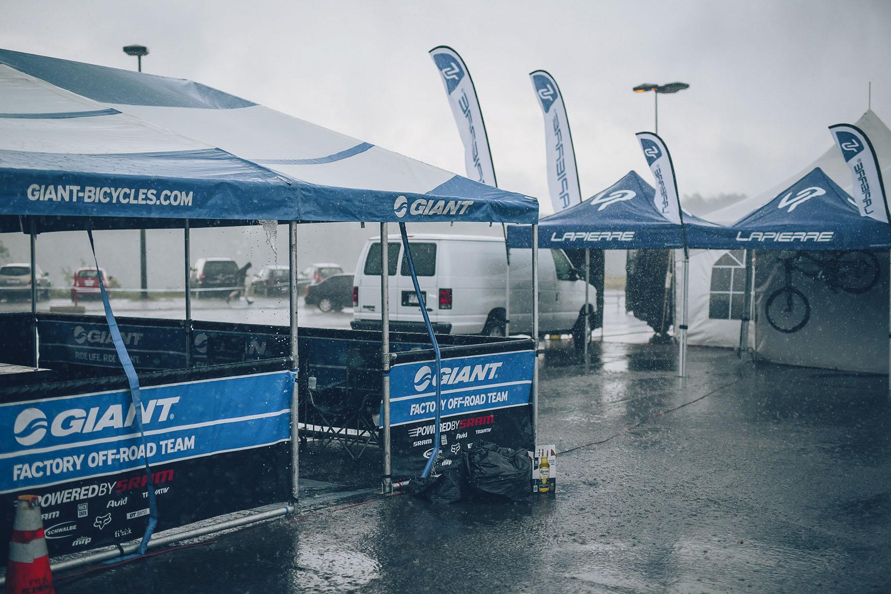 Mit dem starken Regen hörten sämtliche Aktivitäten im Fahrerlager auf, alle packten ihr Zeug zusammen und verließen den Platz. Für morgen ist ebenfalls Regen angesagt, so dass es mal wieder ziemlich spannend wird.