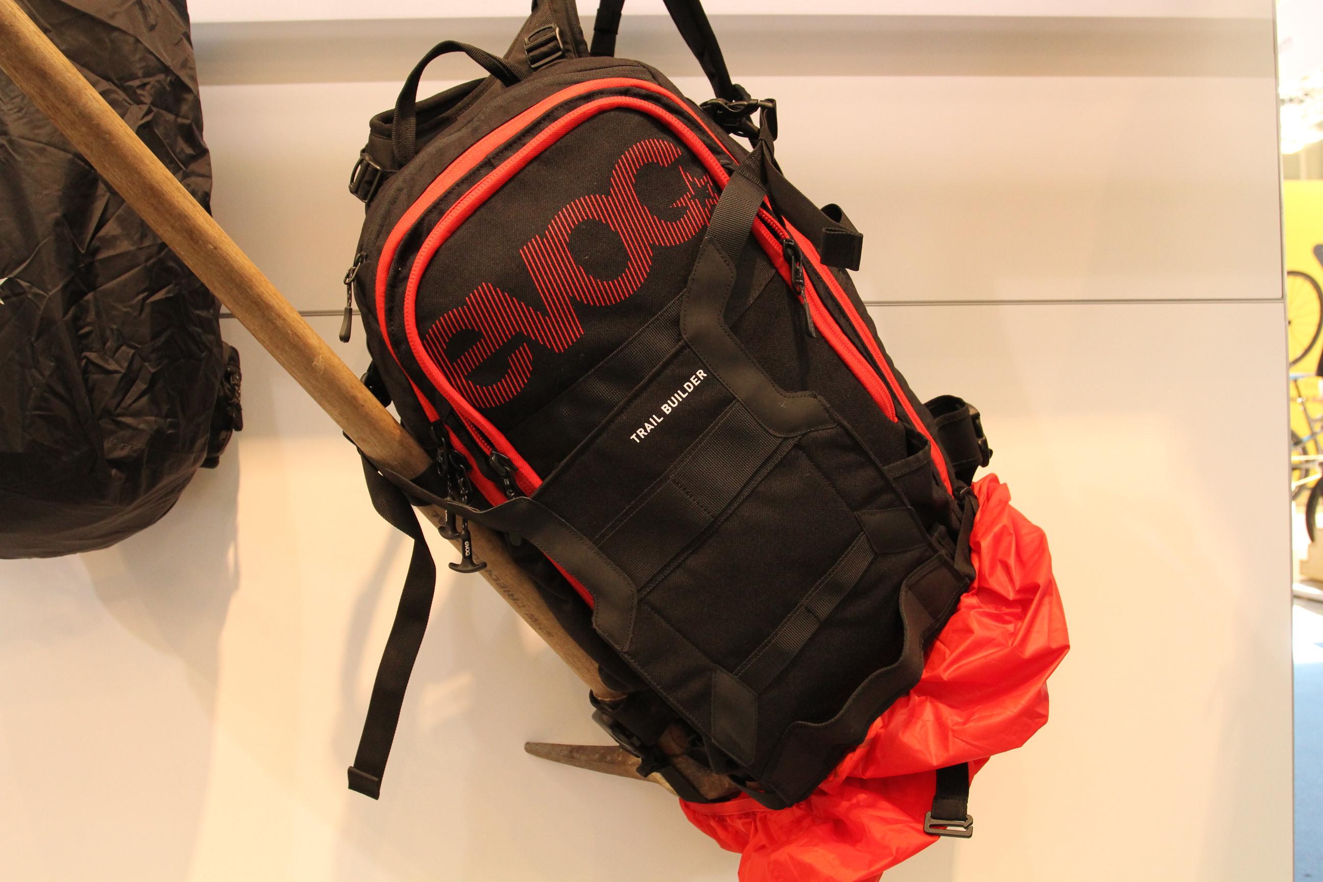 Mit dem Trailbuilder Rucksack hat man alles dabei: Hacke, Axt, Nägel, Hammer und sogar eine Befestigung für Kettensägen ist integriert.