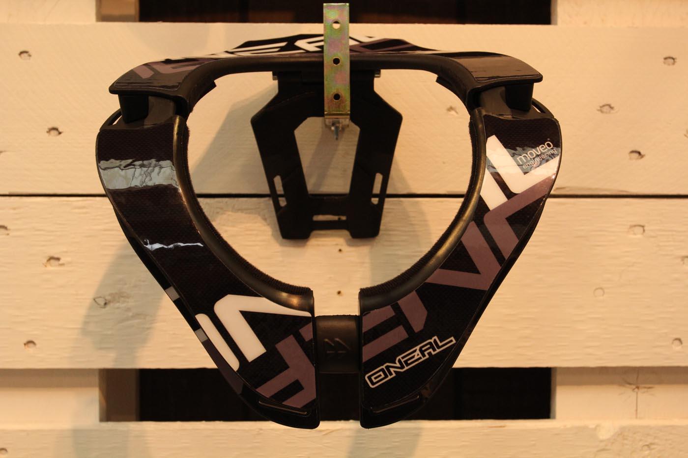 O'Neal Tron, das neue Neckbrace von O'Neal, das in Koop mit Moveo entstand. 289,90€, verfügbar ab Oktober
