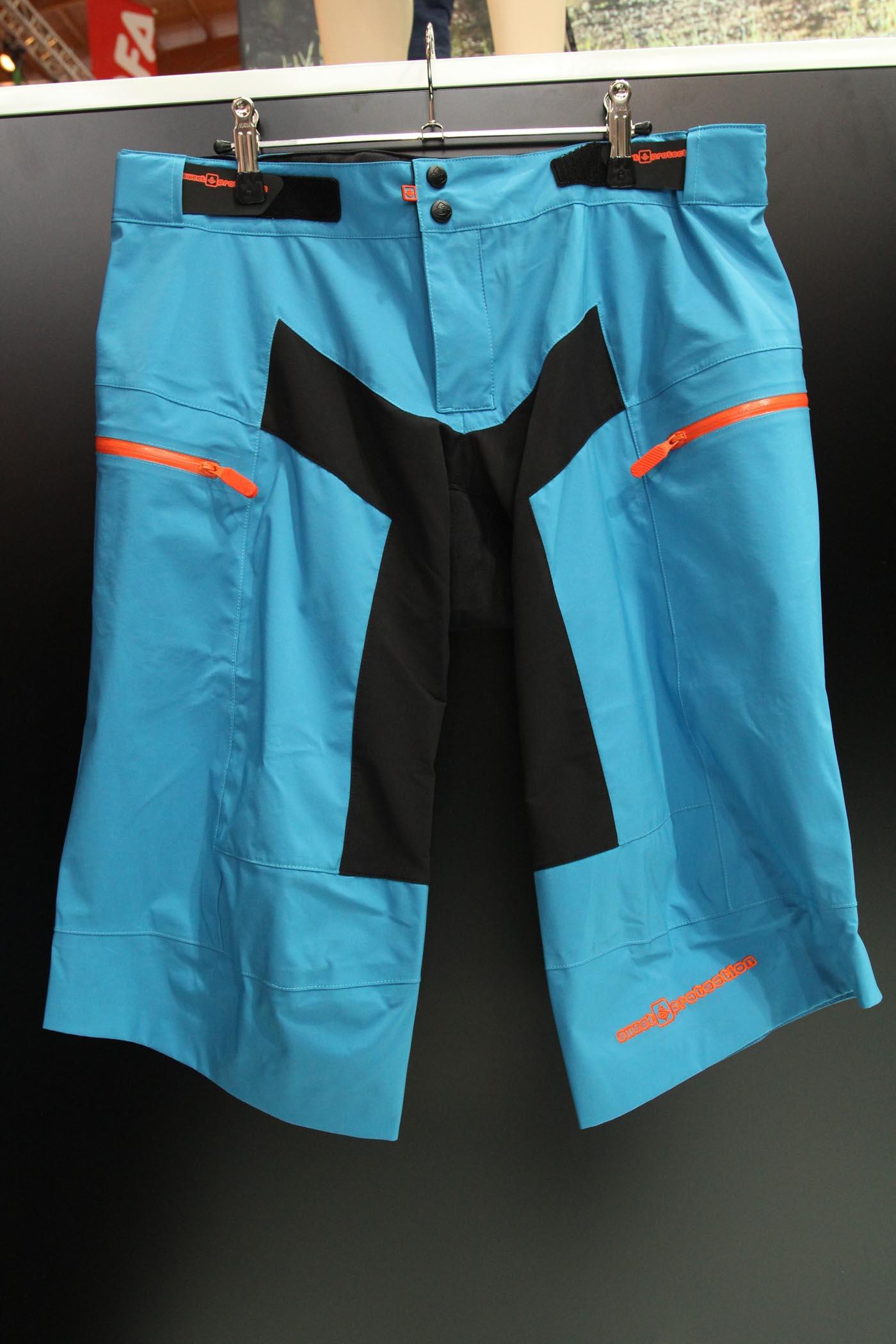 Mudride Shorts von Sweet: an den entscheidenden Stellen wasserdicht und komplett verschweißt, so dass einer Tour in Regen und Matsch nichts mehr im Wege stehen sollte.
