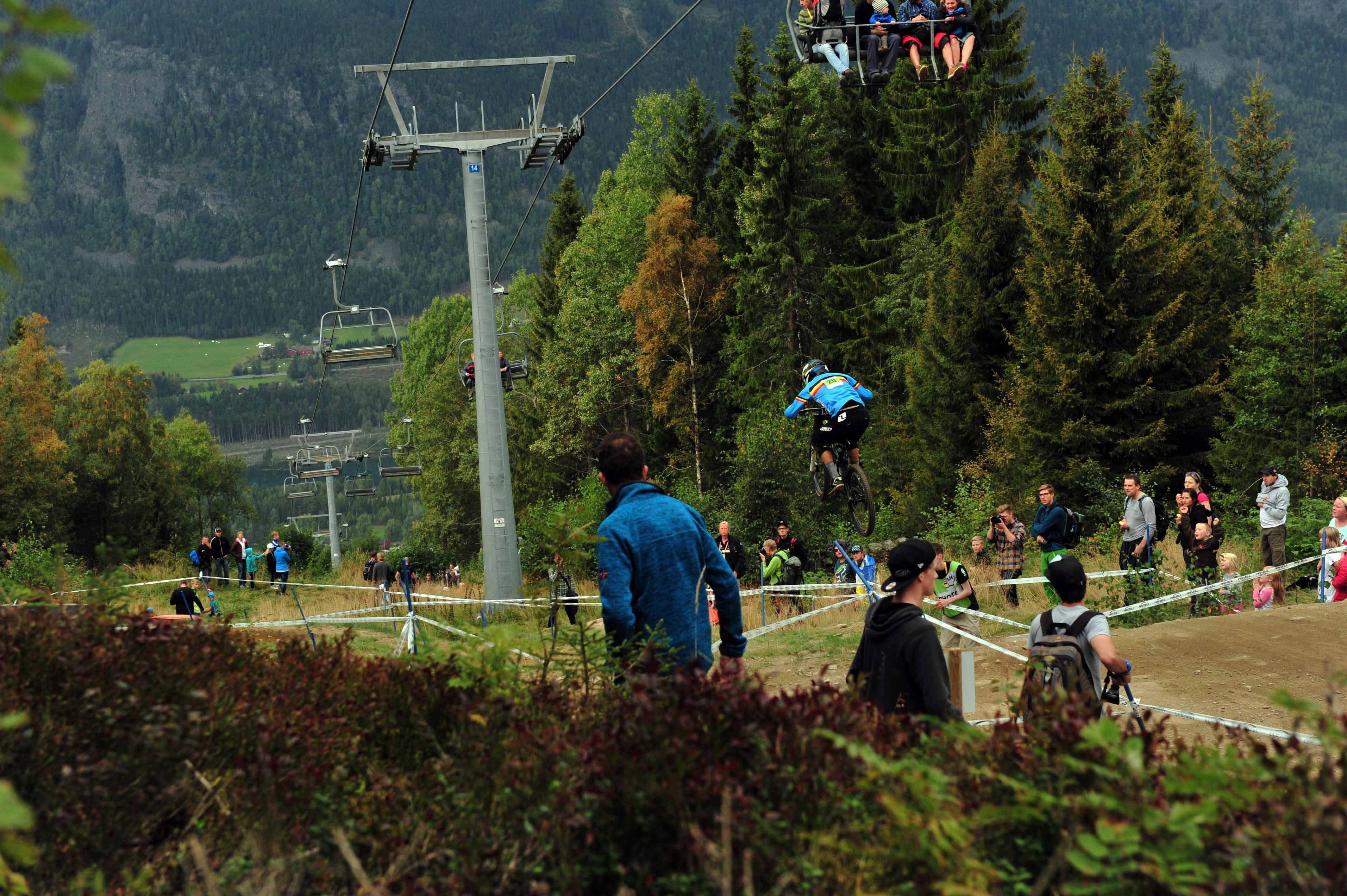 Auch bei den Junioren war schon zahlreich Publikum an der Strecke - hier springt Belgiens Martin Maes das Roadgap.