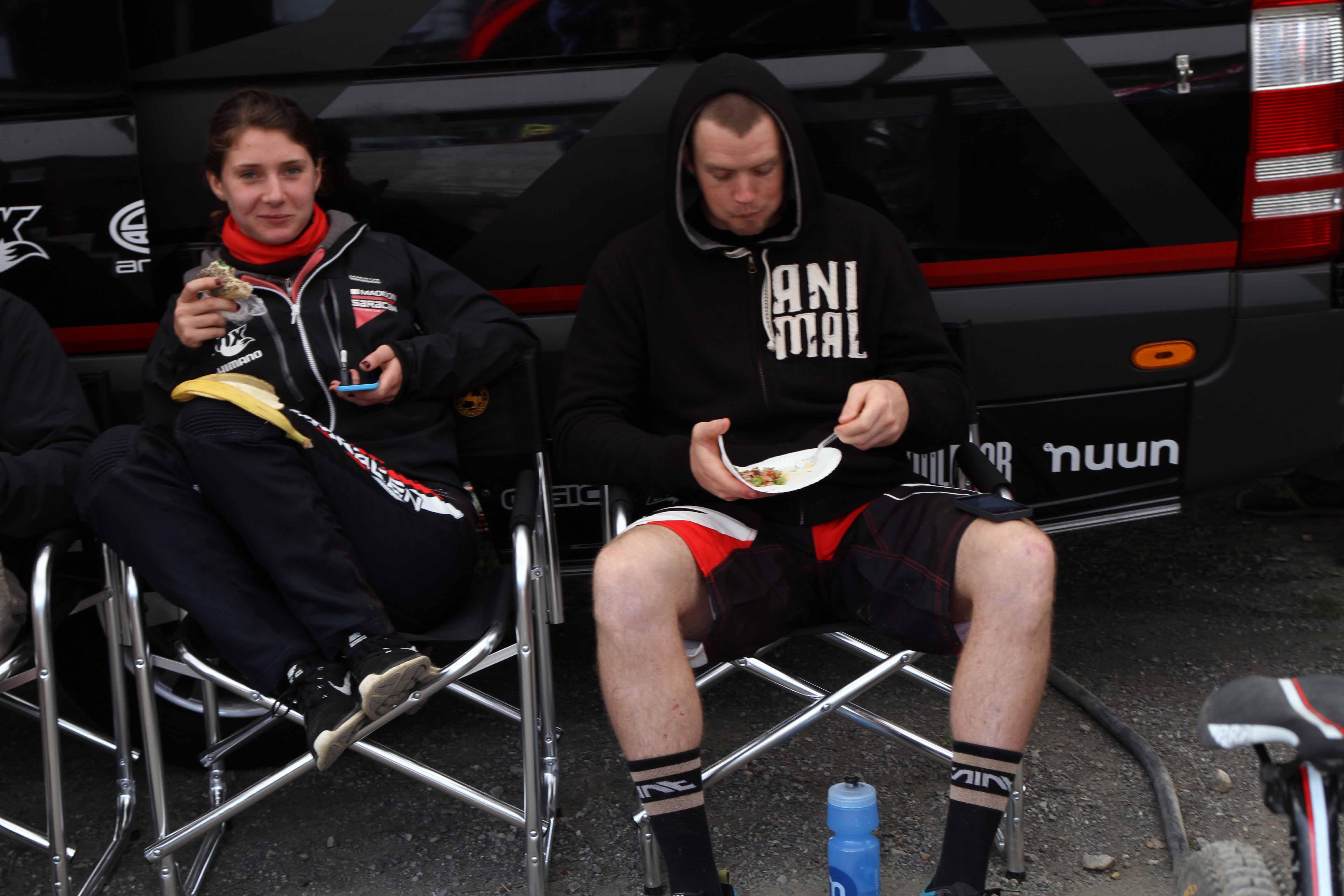 Aus dem Leben gegriffen - Manon Carpenter und Matt Simmonds genießen ihre Snacks nach der Arbeit.