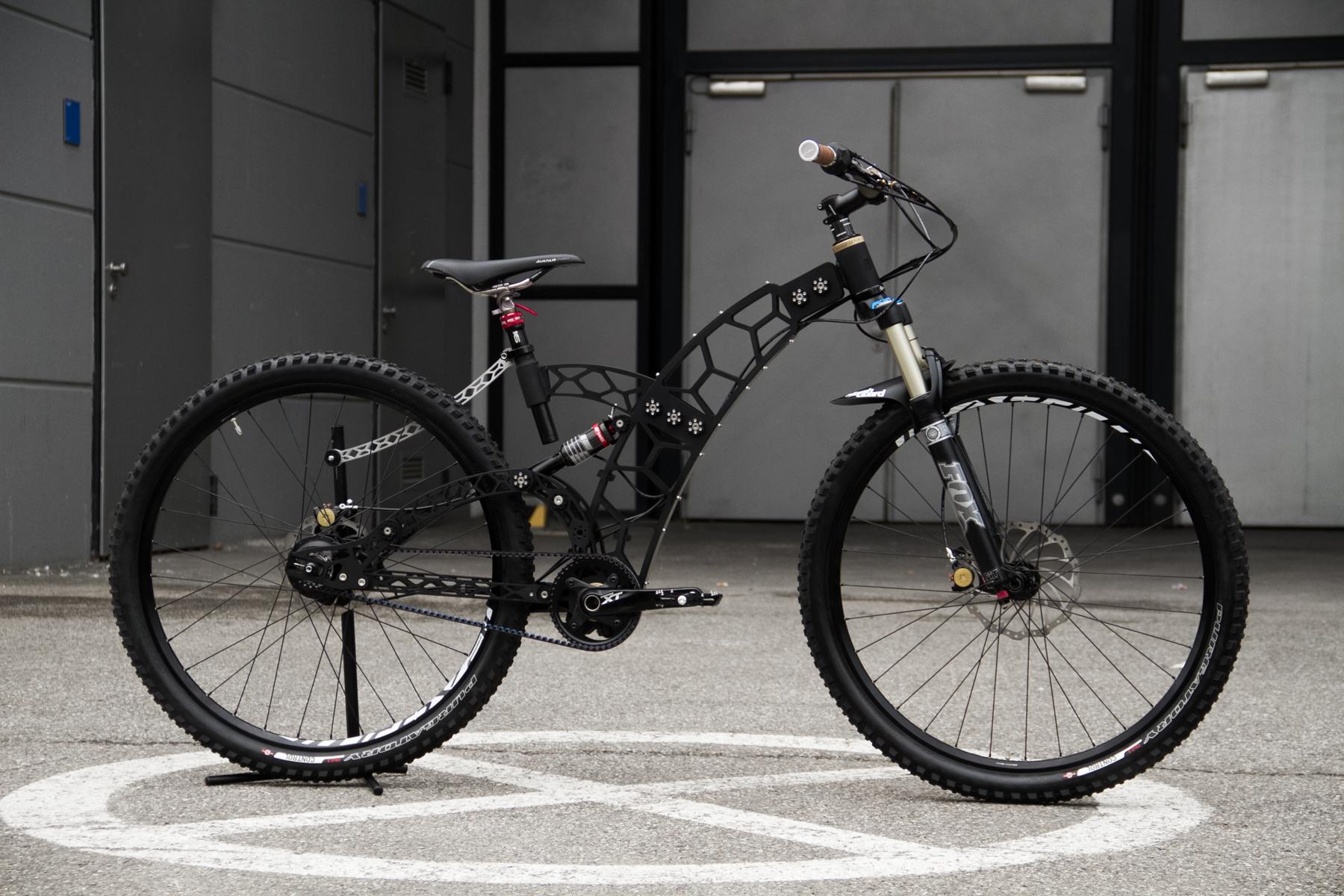 Eher was für den Showroom als den Trail! Dieses Bike lässt sich vom Hardtail in ein Fully verwandeln. Größe und Geometrie können ebenfalls verstellt werden.